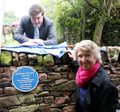 Councillor Andrew Lewer and Gilly Groom unveil the Alison Uttley blue plaque.